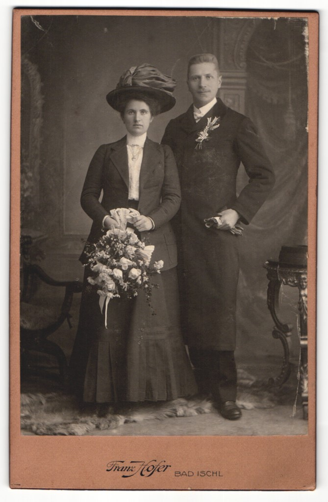 Fotografie Franz Hofer, Bad Ischl, Portrait junge Dame und Herr in feierlicher Kleidung 0