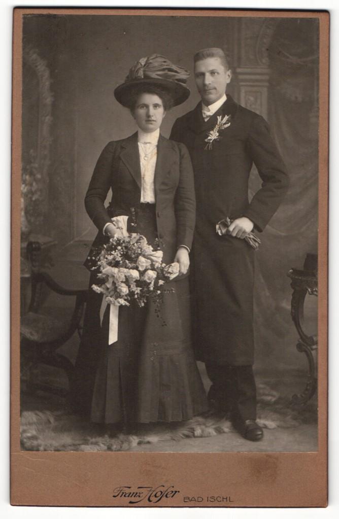 Fotografie Franz Hofer, Bad Ischl, Portrait bürgerliche Eheleute in feierlicher Kleidung 0