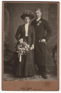 Fotografie Franz Hofer, Bad Ischl, Portrait bürgerliche Eheleute in feierlicher Kleidung