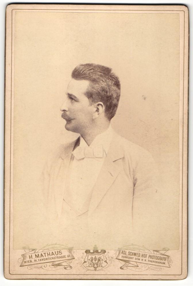 Fotografie H. Mathaus, Wien, Profilportrait Herr mit Schnauzbart und Bürstenhaarschnitt 0