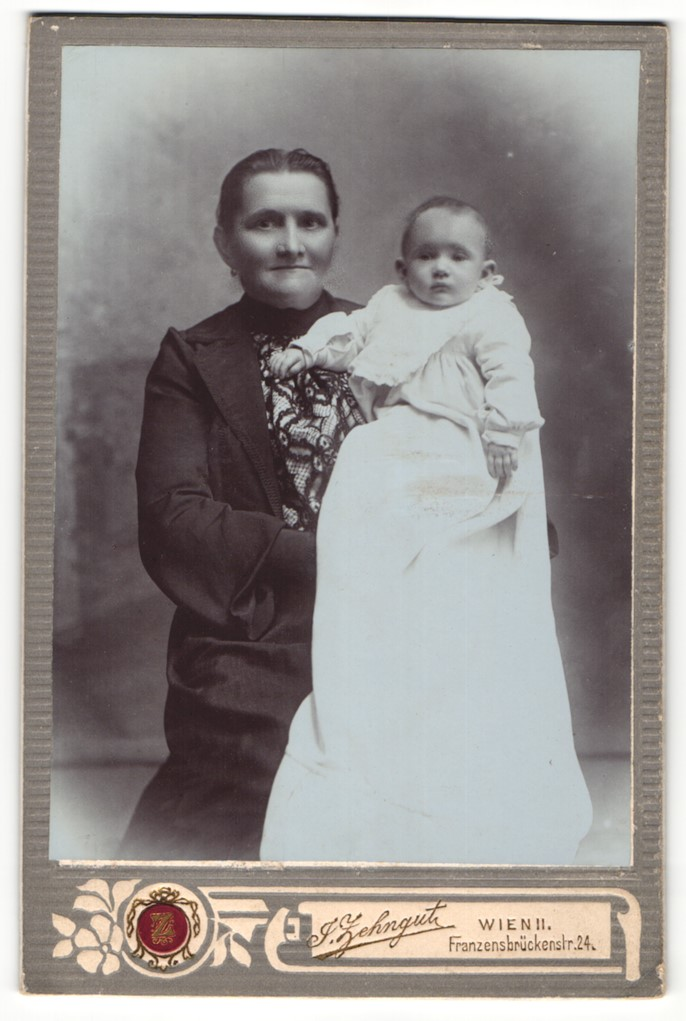 Fotografie J. Zehngut, Wien, Portrait ältere Frau und Säugling 0