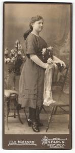 Fotografie Edg. Wallnau, Berlin-N, Portrait Fräulein in feierlicher Kleidung mit Blumen