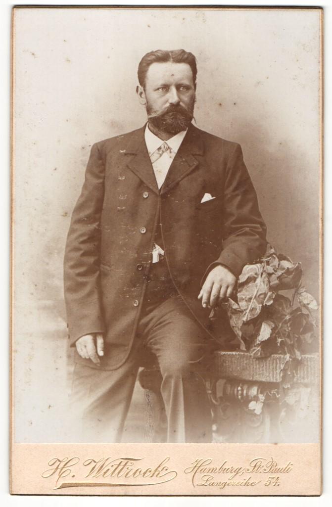 Fotografie H. Wittrock, Hamburg-St. Pauli, Portrait Herr mit Bart in Anzug 0