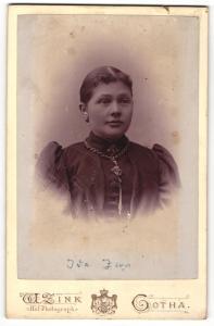 Fotografie W. Zink, Gotha, Portrait junge Frau mit zusammengebundenem Haar, Ohrringen und Halskette