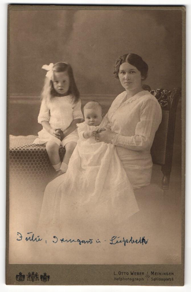 Fotografie L. Otto Weber, Meiningen, Portrait junge Mutter mit zwei Kindern 0