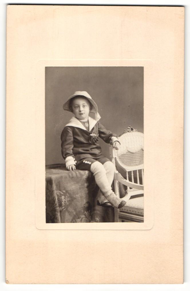 Fotografie unbekannter Fotograf und Ort, Portrait Kind in zeitgenöss. Kleidung 0