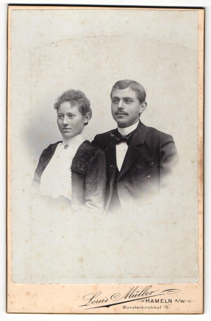 Fotografie Louis Müller, Hameln a/W, Portrait junges bürgerliches Paar 0