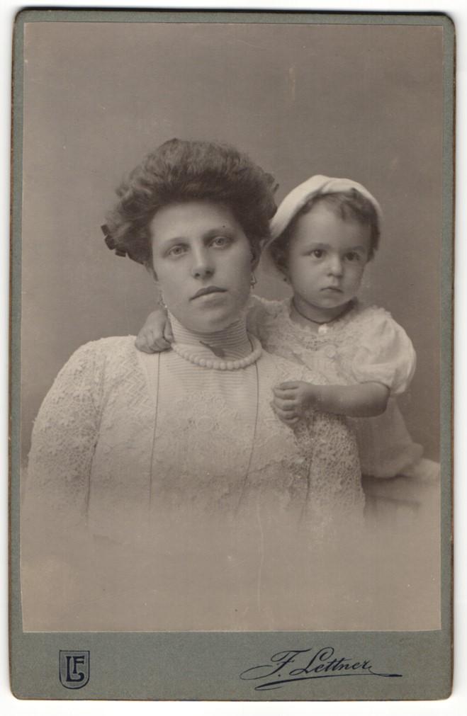 Fotografie F. Leitner, Wien, Portrait Kleinkind un Dame mit Hochsteckfrisur 0