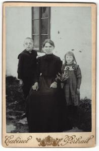 Fotografie unbekannter Fotograf und Ort, Portrait Grossmutter, Enkel und Enkelin