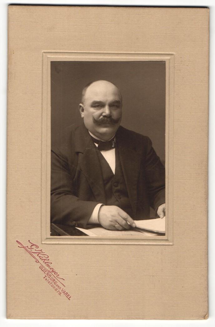 Fotografie G. Kehlmeyer, Oldenburg, Portrait älterer Herr mit Schnauzbart in Anzug 0