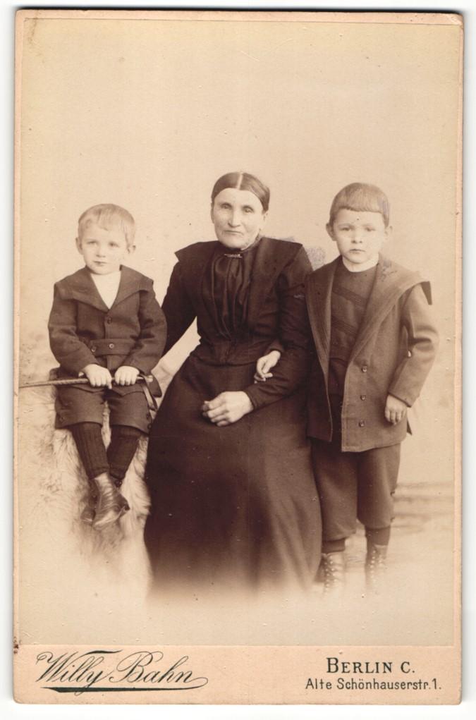 Fotografie Willy Bahn, Berlin-C, Portrait Grossmutter und kleine Enkelsöhne 0
