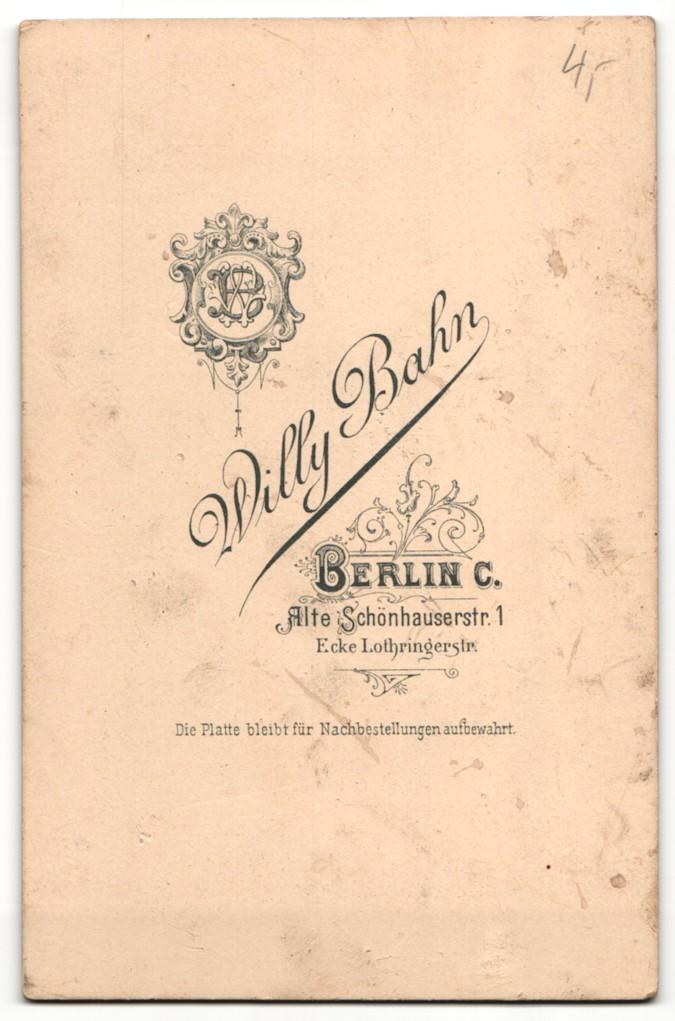 Fotografie Willy Bahn, Berlin-C, Portrait Grossmutter und kleine Enkelsöhne 1