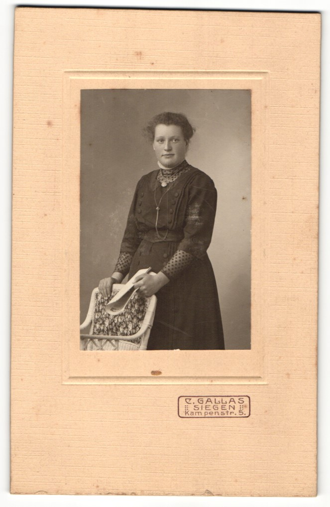 Fotografie C. Gallas, Siegen, Portrait junge Frau in feierlicher Kleidung 0