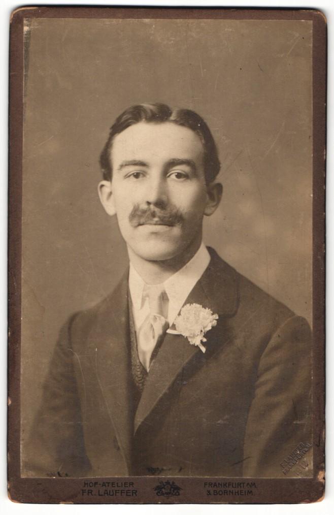 Fotografie Fr. Lauffer, Frankfurt a/M, Portrait junger Herr in Anzug mit Blütenanstecker 0