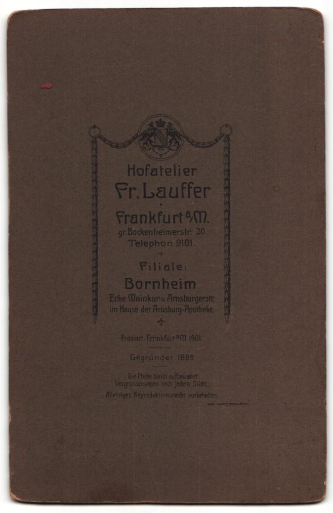 Fotografie Fr. Lauffer, Frankfurt a/M, Portrait junger Herr in Anzug mit Blütenanstecker 1