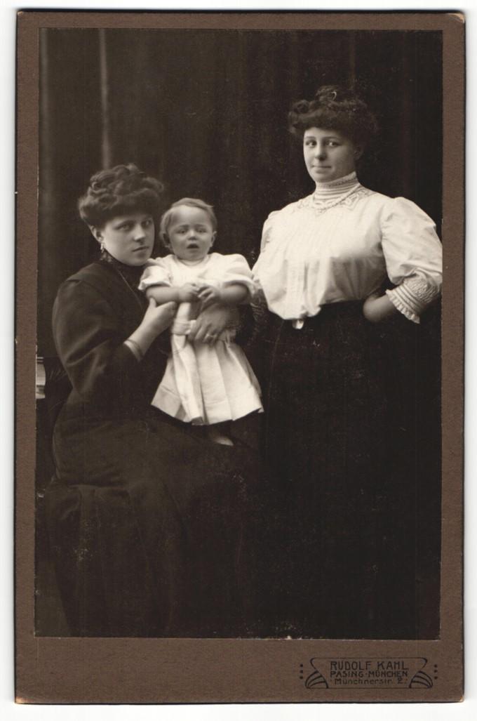 Fotografie Rudolf Kahl, München-Pasing, zwei junge Damen und Kleinkind 0