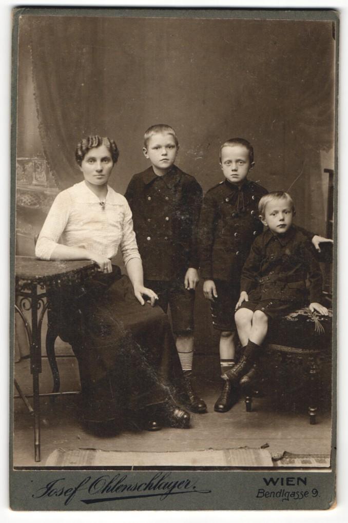 Fotografie Josef Ohlenschlager, Wien, Portrait Mutter mit drei Buben 0