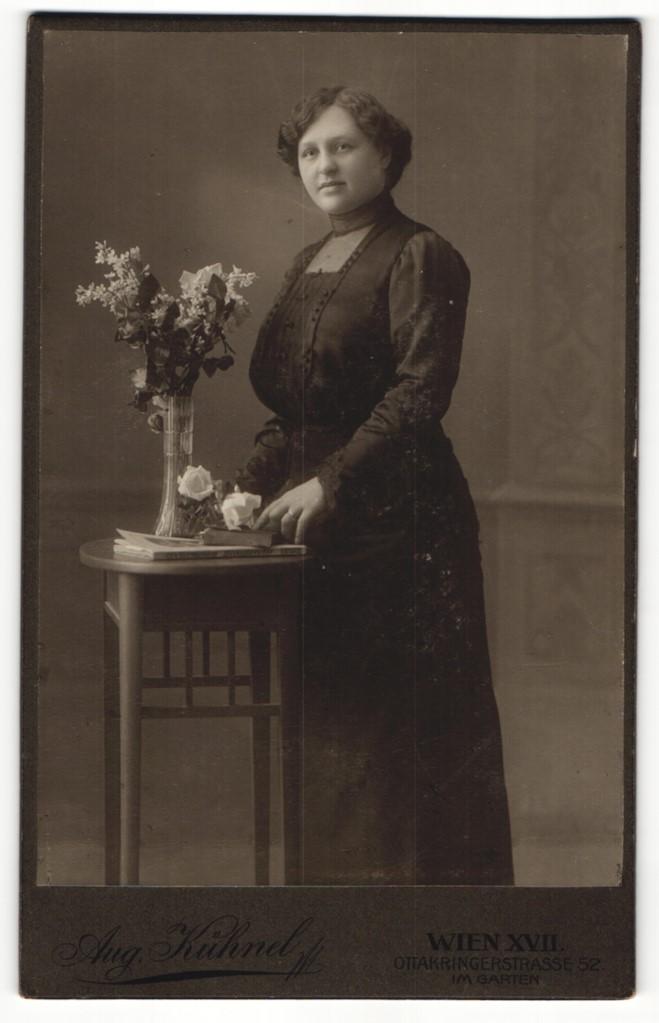 Fotografie Aug. Lühnel, Wien, Portrait junge Dame in schwarzem Kleid 0