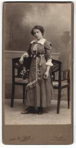Fotografie Josef Bett, Tulln, Portrait Fräulein in zeitgenöss. Kleidung