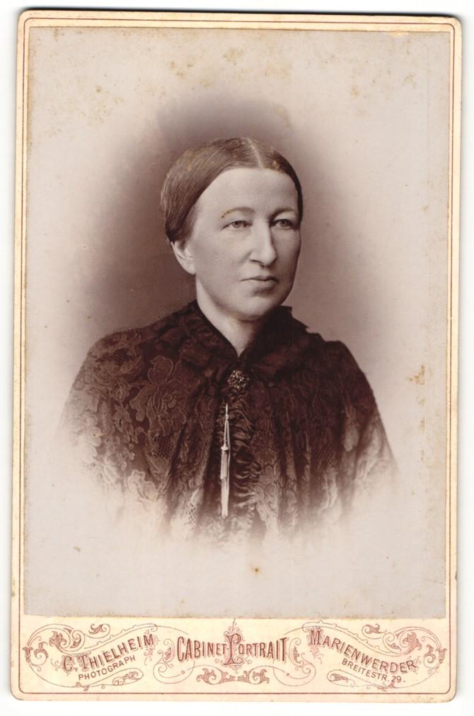 Fotografie C. Thielheim, Marienwerder, Portrait Dame mit zeitgenöss. zusammengebundenem Haar 0