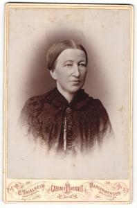 Fotografie C. Thielheim, Marienwerder, Portrait Dame mit zeitgenöss. zusammengebundenem Haar