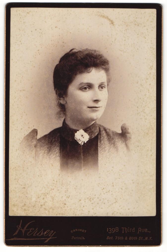 Fotografie Hersey, New York, NY, Portrait junge Frau mit zusammengebundenem Haar 0