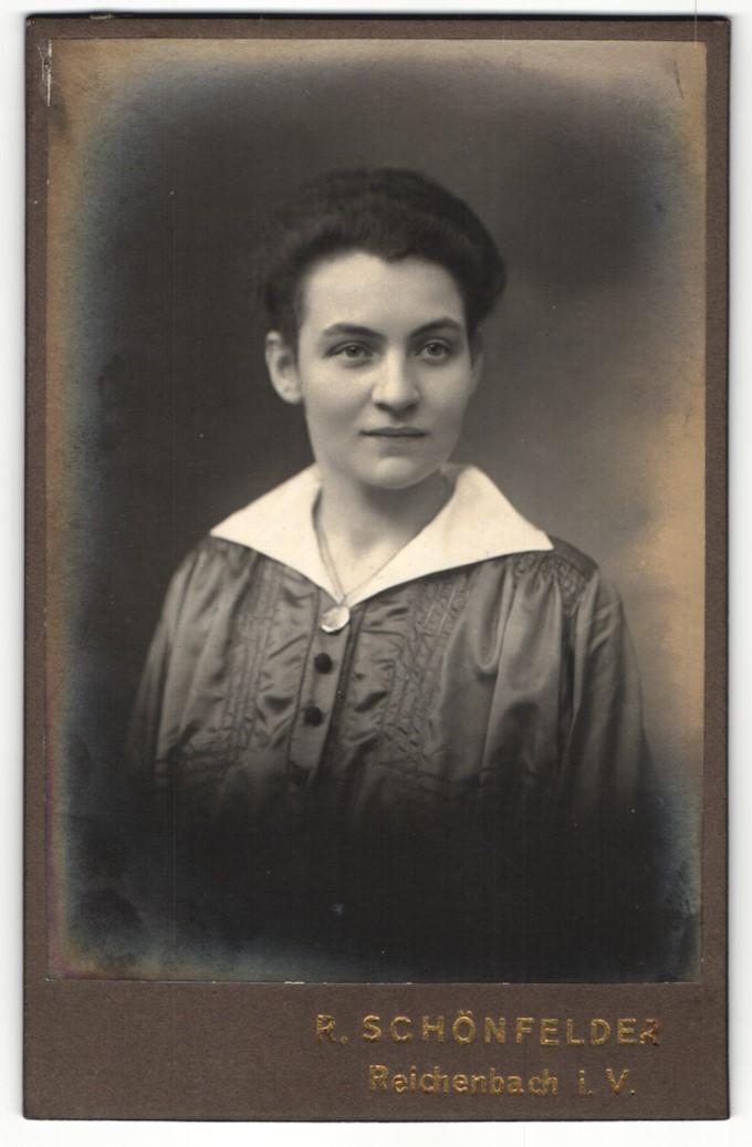 Fotografie R. Schönfelder, Reichenbach I/V, Portrait junge Frau in zeitgenöss. Kleidung 0
