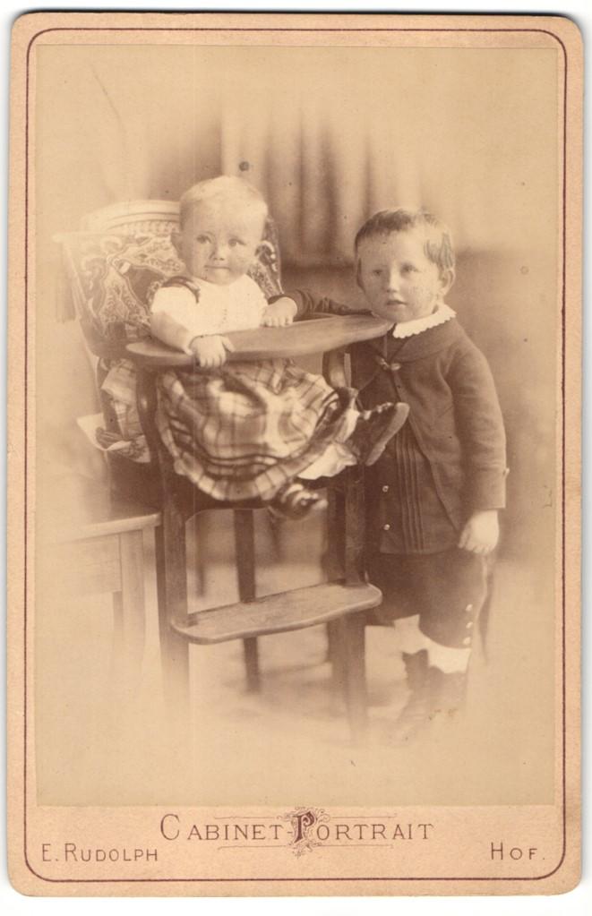 Fotografie E. Rudolph, Hof, Portrait Säugling in Kindersitz und kleiner Bub 0