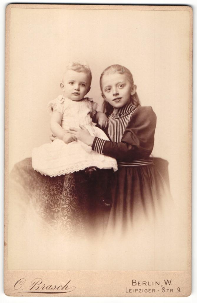 Fotografie C. Brasch, Berlin-W, Portrait Kleinkind in Kleid und Mädchen 0