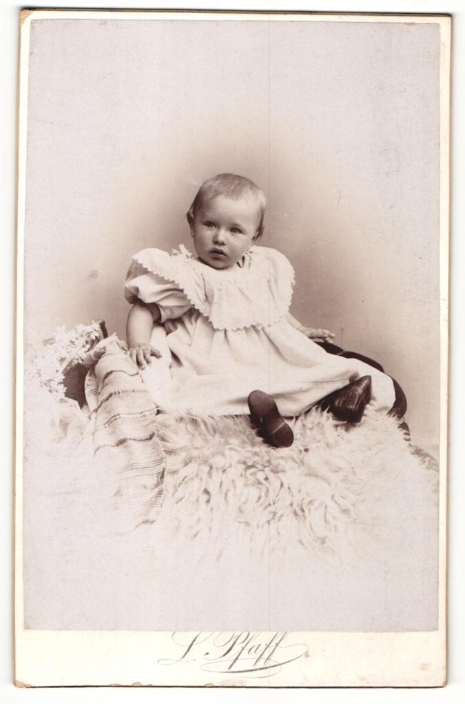 Fotografie L. Pfaff, Halle a/S, Portrait Kleinkind in Kleid 0