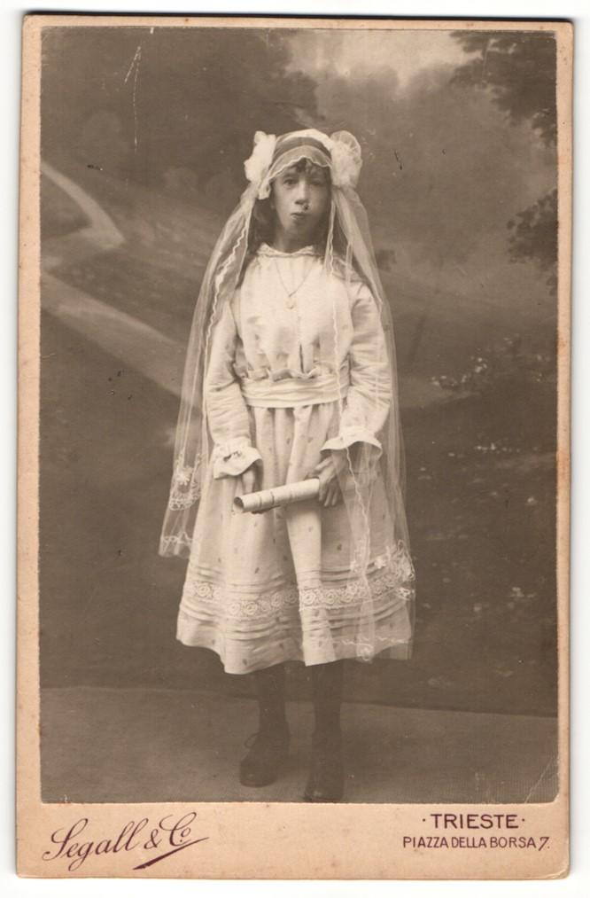 Fotografie Segall & Co., Trieste, Portrait Mädchen in festlicher Kleidung mit Schleier 0
