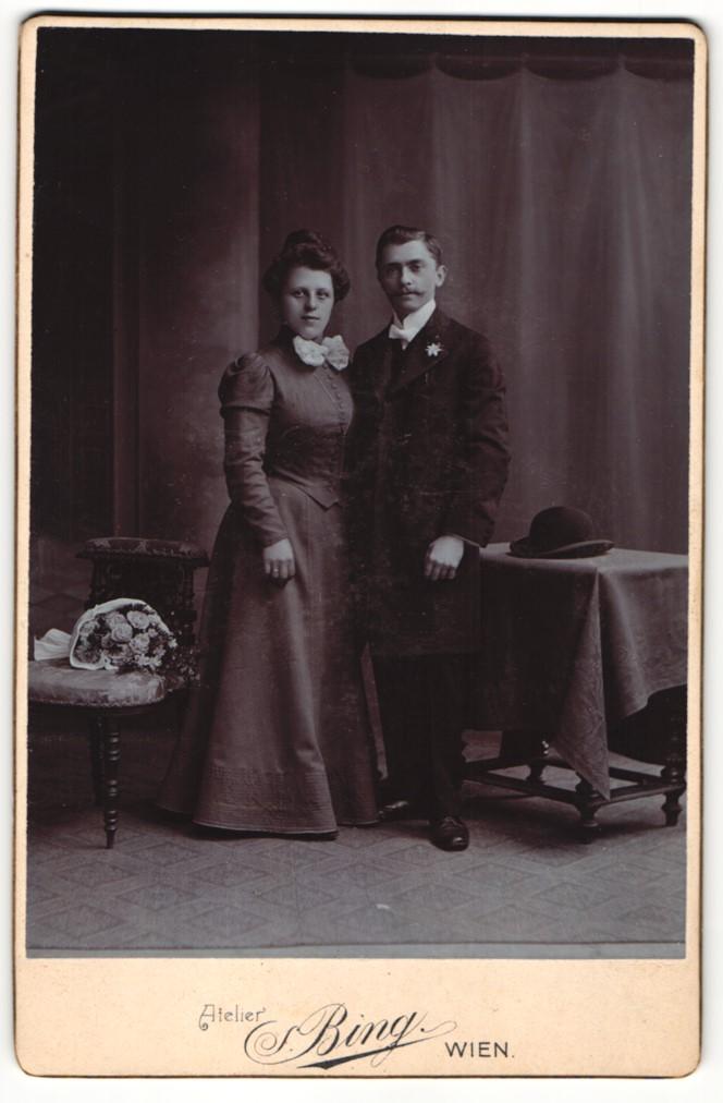 Fotografie S. Bing, Wien, Portrait junges Paar in festlicher Kleidung 0