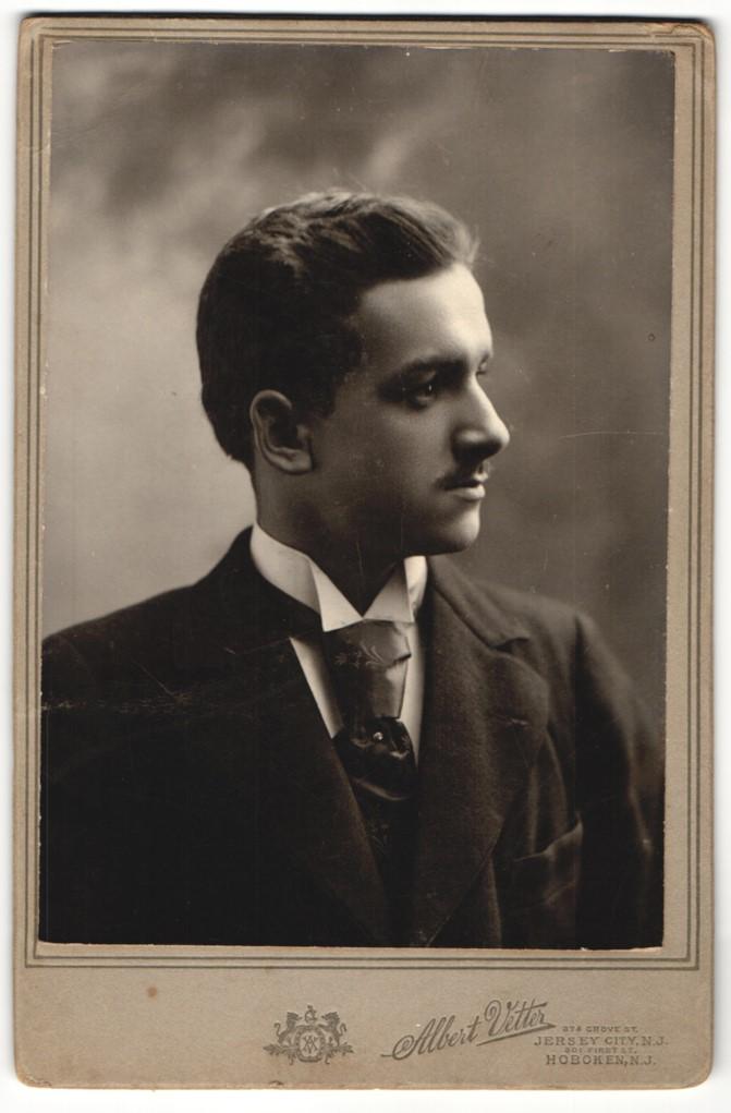 Fotografie Albert Vetter, Jersey City, NJ, Profilportrait junger Herr in Anzug mit Krawatte 0