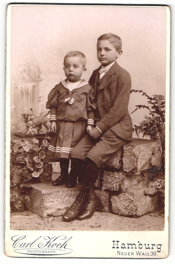 Fotografie Carl Koch, Hamburg, Portrait Kleinkind und älterer Bruder 0