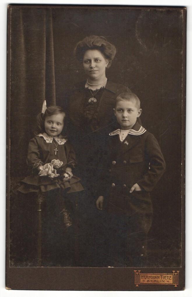 Fotografie Hermann Tietz, Berlin, Portrait Mutter mit zwei Kindern 0