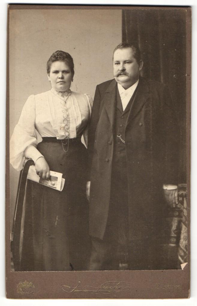Fotografie J. Fuchs, Berlin, Portrait bürgerliche Eheleute in zeitgenöss. Kleidung 0