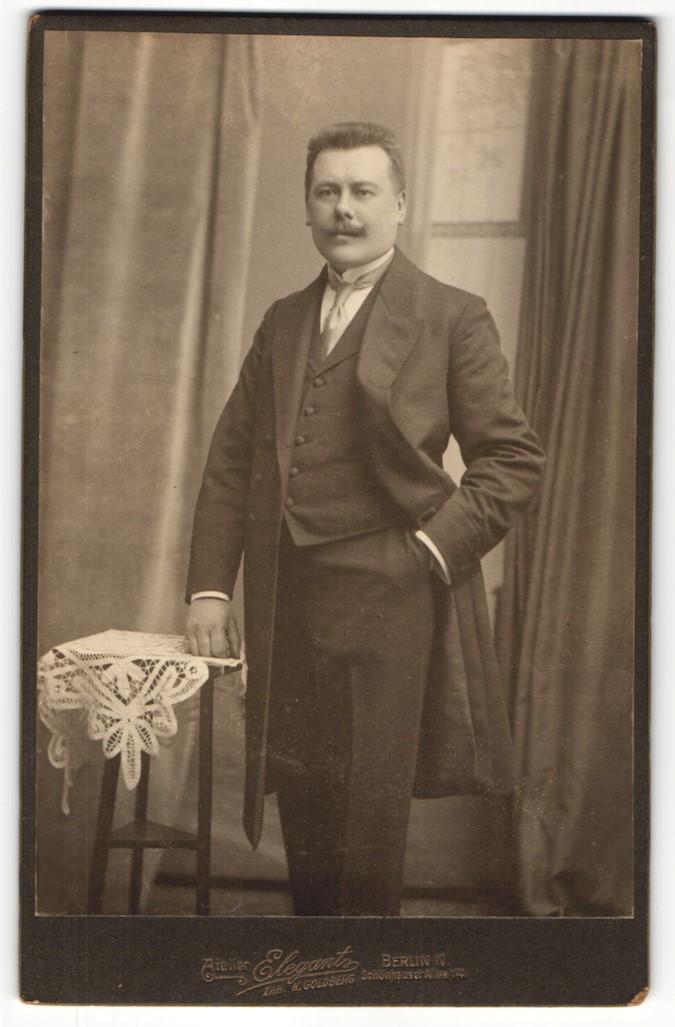Fotografie Atelier Elegant, Berlin-N, Portrait eleganter Herr mit Oberlippenbart in Anzug 0