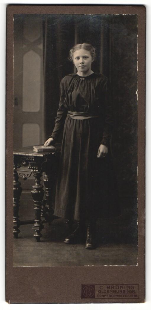 Fotografie C. Brüning, Oldenburg i/Gr, Portrait Mädchen in schwarzem Kleid 0