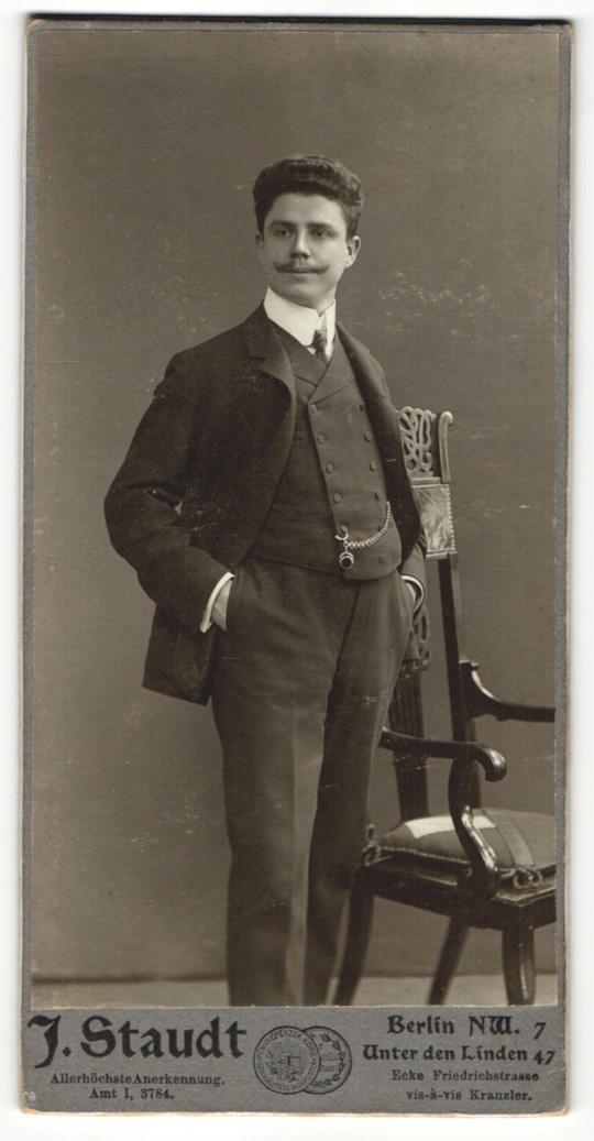 Fotografie J. Studt, Berlin-NW, Portrait eleganter junger Herr in Anzug 0