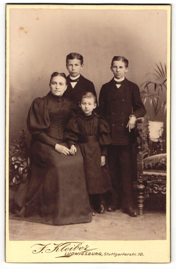Fotografie J. Kleiber, Ludwigsburg, Portrait Mutter mit drei Kindern 0