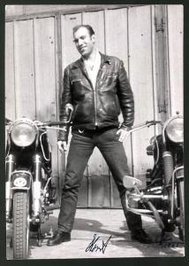 Fotografie Motorrad BMW, Horst mit Lederjacke nebst Krad mit Boxer-Motor in Berlin 1961