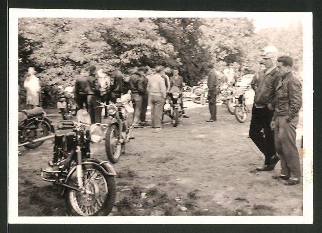 Fotografie Motorrad BMW, Krad mit Boxer-Motor bei einem Motorradtreffen 0
