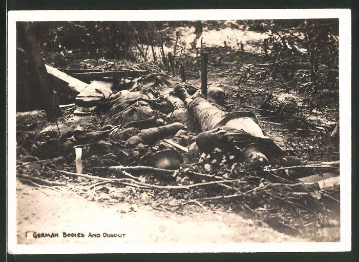Fotografie 1.WK, gefallene deutsche Soldaten neben einem Unterstand / Schützengraben 0