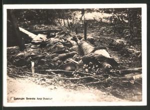Fotografie 1.WK, gefallene deutsche Soldaten neben einem Unterstand / Schützengraben