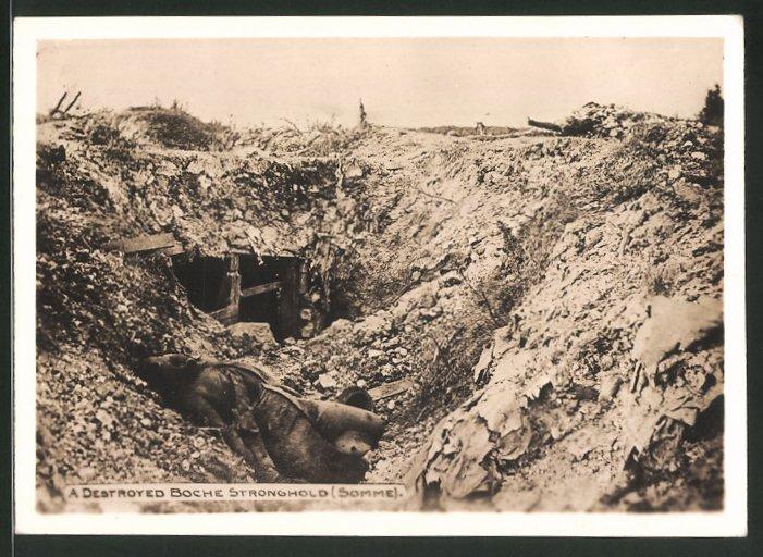 Fotografie 1.WK, Somme-Schlacht, gefallener Soldat neben Schützengraben-Unterstand 0