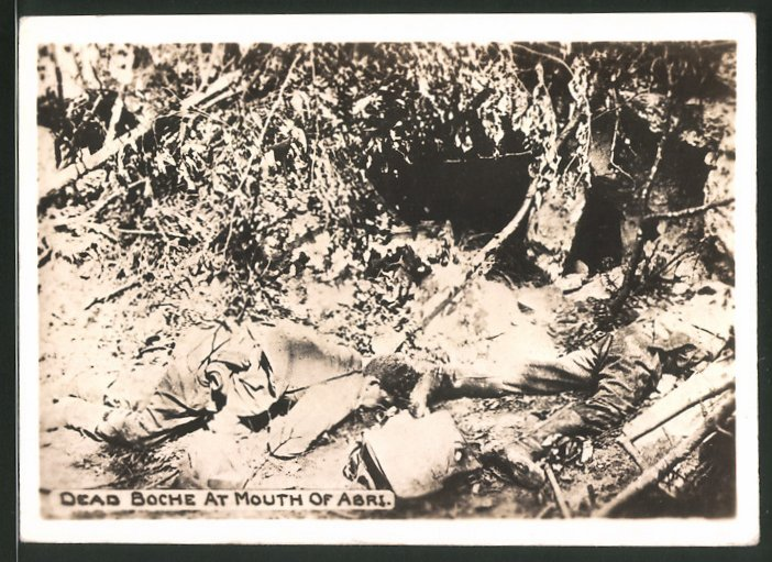 Fotografie 1.WK, gefallene Soldaten neben einem Unterstand, Dead Boche at Mouth of Abri 0