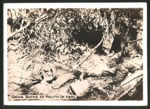 Fotografie 1.WK, gefallene Soldaten neben einem Unterstand, Dead Boche at Mouth of Abri