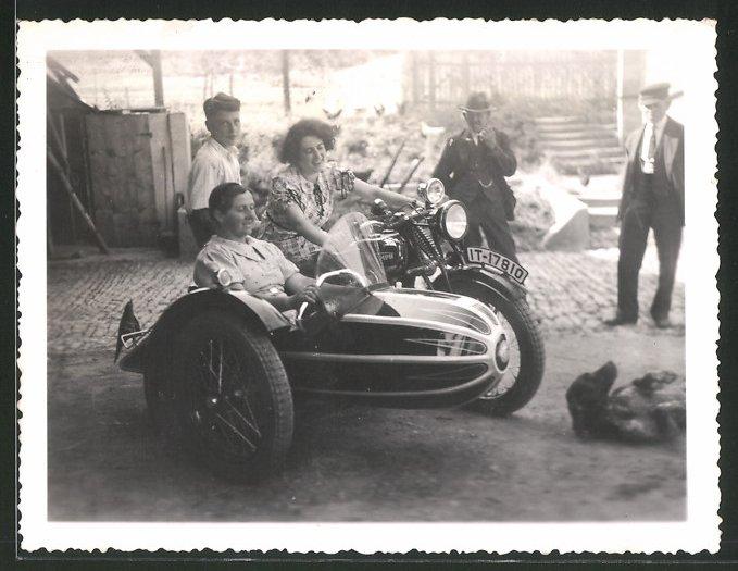 Fotografie Motorrad Triumph TWN, Dame steuert Krad mit Seitenwagen 0