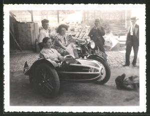Fotografie Motorrad Triumph TWN, Dame steuert Krad mit Seitenwagen