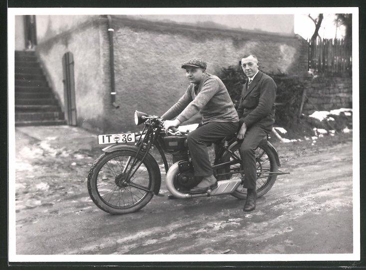 Fotografie Motorrad DKW, Männer sitzen auf Krad mit Kennzeichen IT-36 0